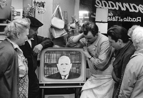20 avril 1963 - Paris, France Des Parisiens regardent l'allocution télévisée du général de Gaulle. @ AFP