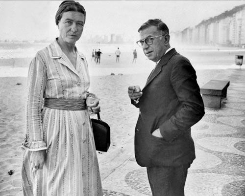 21 septembre 1960 - Rio de Janeiro, Brésil L'écrivain Simone de Beauvoir et le philosophe Jean-Paul Sartre se promènent sur la plage de Copacabana. © AFP