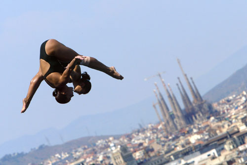13 juillet 2003 – Barcelone, Espagne Plongeon des Mexicaines Paola Espinosa et Laura Sanchez à l'occasion de la 10e édition des championnats du monde de natation. © AFP / Christophe Simon