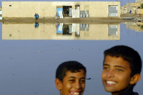 23 décembre 2003 – Nassiriyah, Irak Rue inondée de la ville située à 380 kilomètres au sud-est de la capitale. AFP / Mauricio Lima